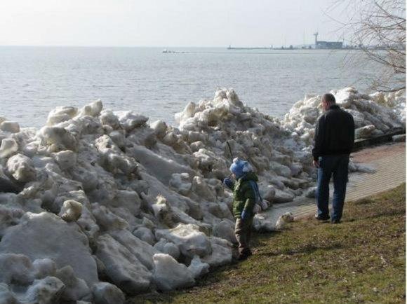 Neringos savivaldybės nuotr./Smalsuoliai traukė apžiūrėti ledų.