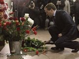 AFP/Scanpix nuotr./Dmitrijus Medvedevas deda gėlių tragedijos vietoje
