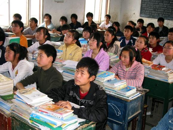 Mokyklos kinų emigrantų vaikams steigiamos tose užsienio šalyse, kur telkiasi didelės kinų bendruomenės.