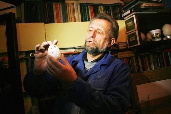 Palangiškis menininkas Vytautas Kusas Velykoms oroginaliai dekoravo pusšimtį kiaušinių, kai kuriuose iš jų prireikė išgręžti tūkstančius skylučių.