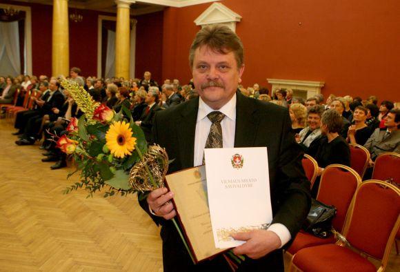 """""""Auksinės mediko širdies"""" apdovanojimas buvo įteiktas 7-iems miesto medicinos darbuotojams. Vienas jų – Vilniaus greitosios pagalbos universitetinės ligoninės gydytojas Aurelijus Grigaliūnas."""