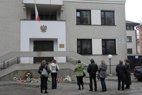 Vilniečiai prie Lenkijos ambasados atiduoda pagarbą žuvusiesiems aviakatastrofoje