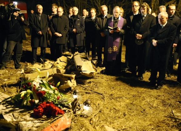Žuvusio Lenkijos prezidento brolis dvynys Jaroslawas Kaczynskis (pirmas dešinėje) šeštadienį apsilankė tragedijos vietoje.