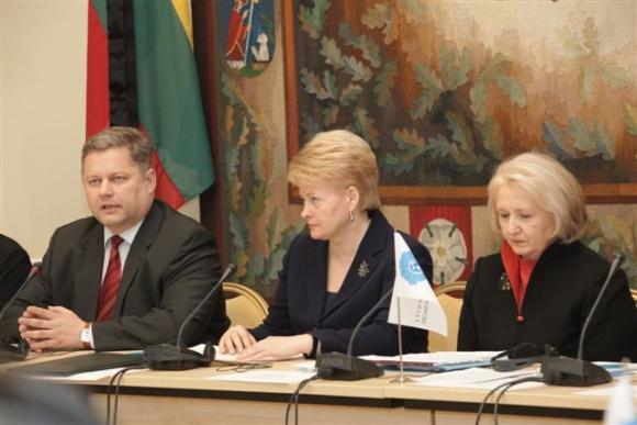 JAV ir Lietuvos atstovai aptarė lyčių lygybės klausimus (iš kairės: užsienio reikalų viceministras E.Ignatavičius, prezidentė D.Grybauskaitė ir JAV ambasadorė ypatingiems pavedimams M.Verveer.