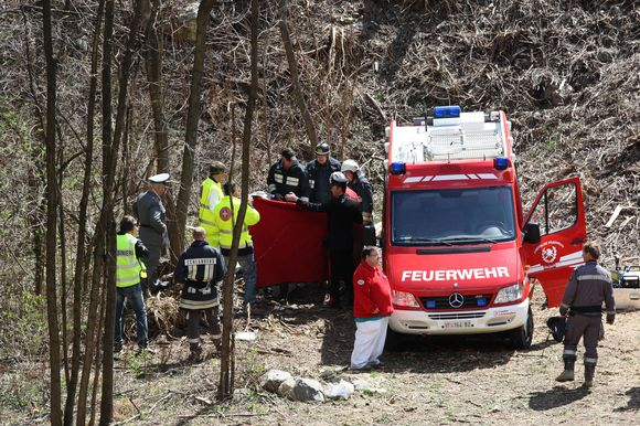 Italijoje dėl purvo nuošliaužos nuo bėgių nuvažiavo priemiestinis traukinys. Įvykio vietoje dirbantys gelbėtojai tarp traukinio nuolaužų ieškojo žuvusiųjų kūnų bei gelbėjo sužeistuosius.