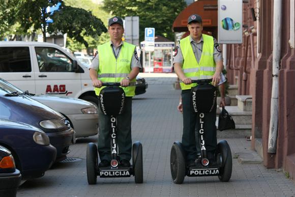 Policijos pareigūnai su riedžiais.