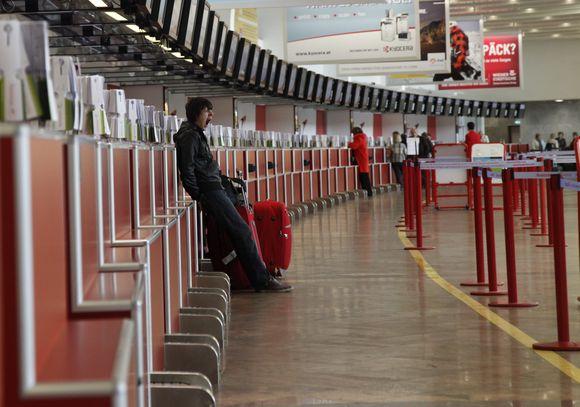 Lėktuvu keliones planavusiems žmonėms, skrydžius kol kas tenka pamiršti ir nežinia kuriam laikui įsikurti oro uostuose.