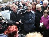 """Eriko Ovčarenko/15min.lt nuotr./""""Abipus sienos"""" operatorius (nuotr. viduryje su kamera) buvo išprašytas iš laidotuvių"""