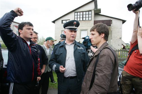 Aliaus Koroliovo/ 15min.lt nuotr. /Žmonės neįleido antstolio į Kedžių namą