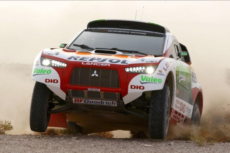 """""""Mitsubishi"""" traukiasi iš dykumų lenktynių"""