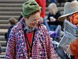 AFP/Scanpix nuotr./Laurie Anderson sveikinasi su į koncertą atėjusiu aunim