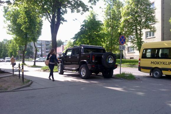 Mariaus S./15min.lt skaitytojo nuotr./Seimo nario visureigis Hummer H2.