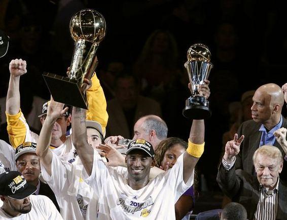 Reuters/Scanpix nuotr./K.Bryantas laimėjo ir naudingiausio finalo serijos žaidėjo trofėjų