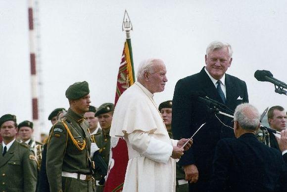 algirdasbrazauskas.lt nuotr./Algirdas Brazauskas su Lietuvoje vieaėjusiu popiežiumi Jonu Pauliumi II (1993 m.)