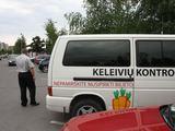 """Eriko Ovčarenko/15min.lt nuotr./""""Ekskomisarų biuro"""" kontrolieriai turi humoro jausmą – tai įrodo ant jų autobusiuko esantis piešinys – morkos, skirtos sugautiems """"zuikiams""""."""