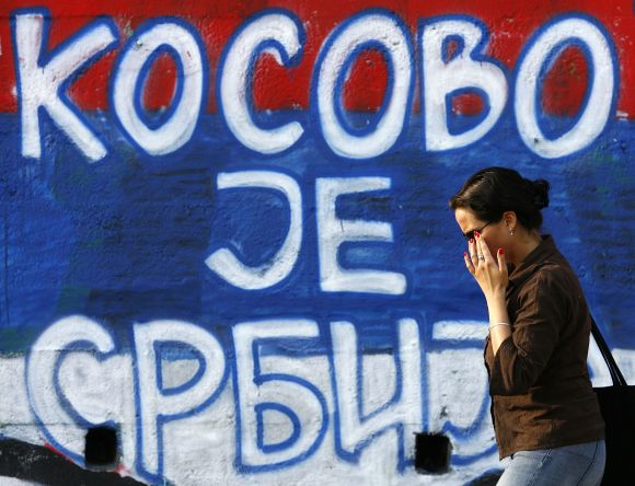 """Užrašas Belgrade ant sienos skelbia: """"Kosovas yra Serbija""""."""