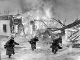 Vokietijos Bundesarchyvo/wikimedia.org nuotr./Vokiečių kariai veržiasi per degantį kaimą Norvegijoje (1940 m. balandis)