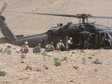 SOP nuotr./Kariai lipa į karinį sraigtasparnį