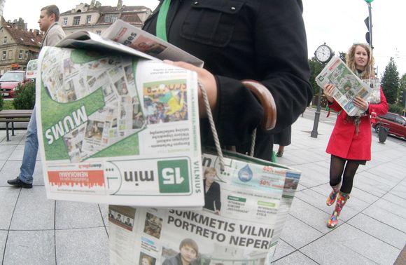 """Vilniaus """"15min"""" komanda 5-ojo gimtadienio proga dalijo laikraščius, saldainius ir šypsenas."""