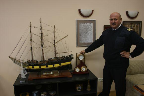 Pasak V.Senčilos, tai, kad augo Klaipėdoje ir nuolat matydavo jūrininkus ir jį patį paslatino sieti ateitį su jūra. Anot akademiko, net šeši iš dešimties jo klasės vaikinų savo laiku pasirinko jūrininko dalią.