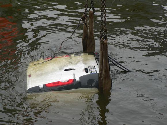 KJP nuotr./Automobilis į vandenį įkrito Karinių laivų flotilėje.