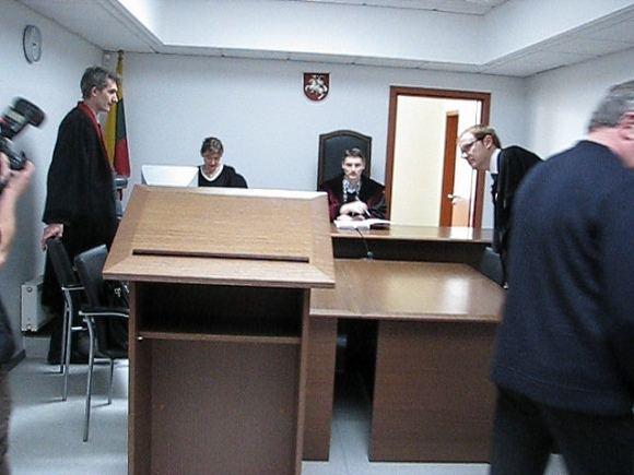 Sauliaus Chadasevičiaus/15min.lt nuotr./Į teismą susirinkusiems bylos dalyviams teisėjas O.`ibkovas prisipažino, kad suraayti nuosprendžiui pritrūko duomenų.
