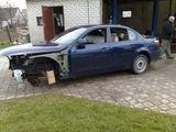 Kauno policijos nuotr./Kauno policija sulaikė vienos rajono įmonės vadovą, kuris, kaip įtariama, vertėsi pardavinėdamas vogtų automobilių detales. Ši mašina - viena iš jų.