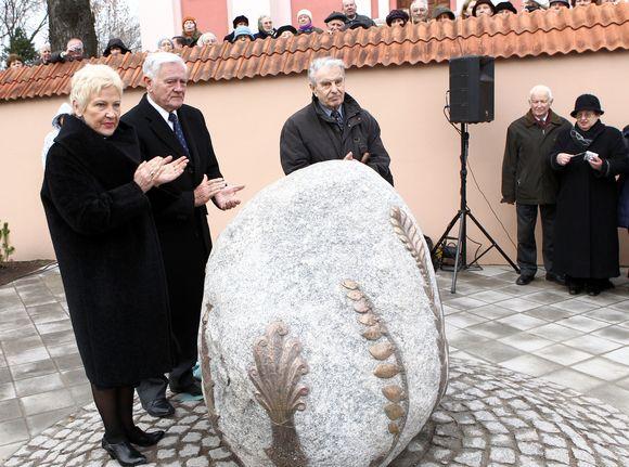 Ketvirtadienį prie Šv. Rapolo bažnyčios Vilniuje atidengtas paminklas monsinjorui Kazimierui Vasiliauskui.