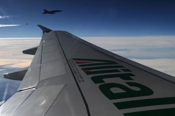 Popiežiaus lėktuvą danguje lydėjo naikintuvai.