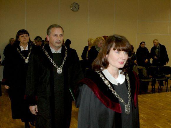 Irmanto Gelūno/15min.lt nuotr./Teisėjų kolegija, kurią sudaro Vytautas Krikačiūnas (pirmininkas ir praneaėjas), Rita Bilevičienė bei Daiva Gadliauskienė.