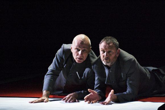 Spektaklio veikėjus įkūnija aktoriai V.Anužis ir P.Venslovas