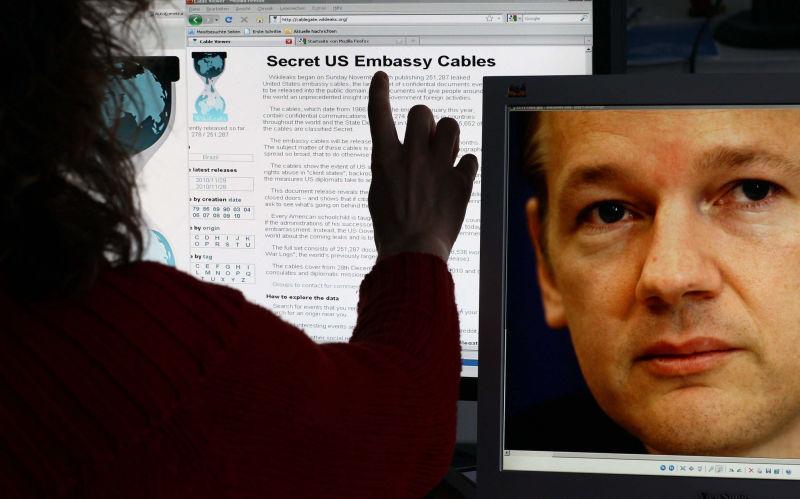 """JAV teisėsauga pradėjo tirti baudžiamąją bylą dėl """"WikiLeaks"""" veiklos ir  žada patraukti atsakomybėn """"WikiLeaks"""" vadovą J.Assange'ą (nuotr.), tuo tarpu šis jau planuoja naujus smūgius pasaulio galingiesiems."""