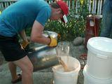 """Nuotr. iš asm. archyvo/Praėjusią vasarą D.Valaitis kartu su savo bendraminčiais surengė alaus virimo dirbtuvėles. Jose naudojant lietuviškus laikinius apynius buvo verdamas """"akmeninis alus""""."""