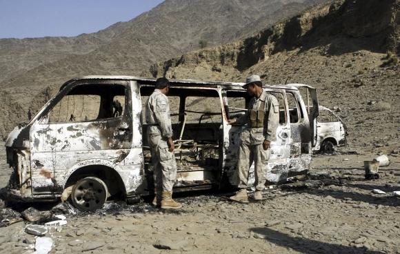 Užpuolikai sudegino autobusiukus, kuriais važiavo išminuotojų grupė.