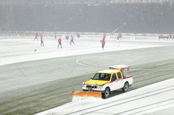 Vokietijoje valomas sniegas futbolo stadione