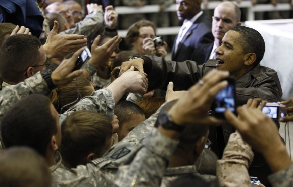 Barackas Obama sveikinasi su Amerikos kariais Afganistane.