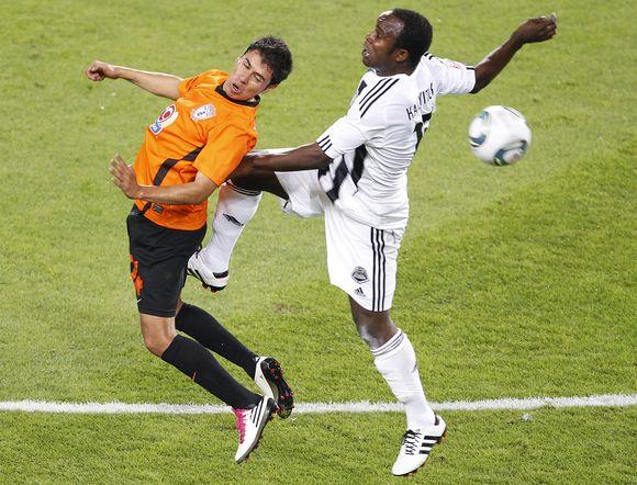 """Ketvirtfinalyje """"TP Mazembe"""" (balta apranga) vienuolikė palaužė """"Pachuca"""" futbolininkus."""