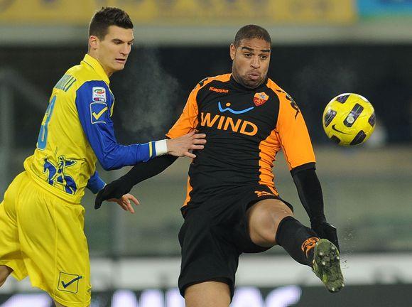 Adriano (dešinėje) trečią kartą per karjerą atiteko negarbingiausias apdovanojimas Italijos futbole.