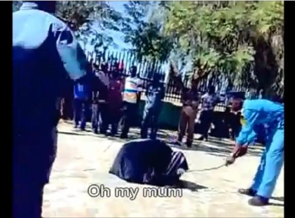 Sudano policininkų rykštėmis talžoma moteris