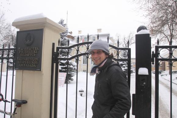 Sekmadienį Baltarusijos ambasadoje Vilniuje balsavęs Maksas teigė tikįs, jog šįmet išrinkti prezidentą gali prireikti antro rinkimų turo.
