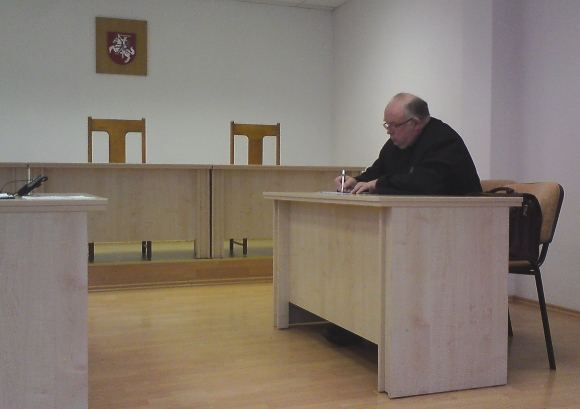 ...romų tautybės vaikiną Nikolajų ginantį advokatą Vilhelmą Keliuotį.