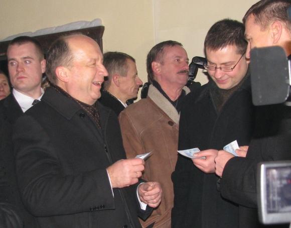 Andriaus Kubiliaus teigimu, eurai Lietuvoje atsiras 2014 metų sausio 1 dieną.