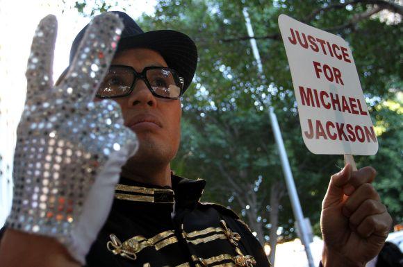 Protestas M.Jacksono asmeninio gydytojo C.Murray teismo posėdžio metu