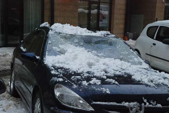 Rotundo g. krentantis sniegas apgadino automobilį