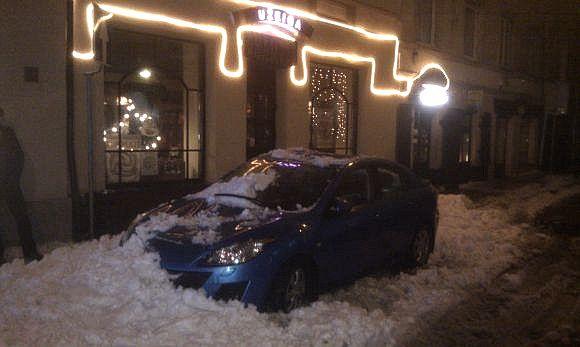 Sniegas Vilniaus centre užgriuvo automobilį