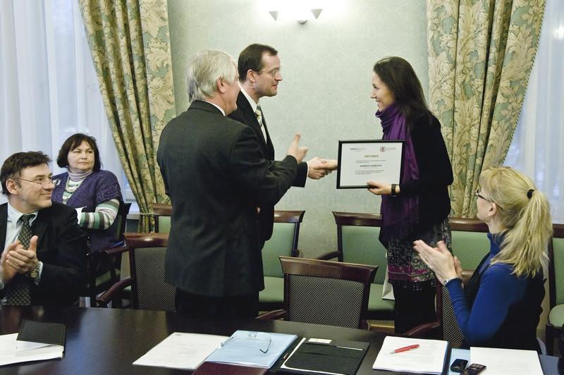 VDU Teisės fakulteto studentei įteikta pirmoji vardinė metinė stipendija.