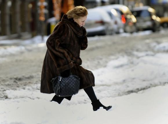 Moteris brenda per sniegą