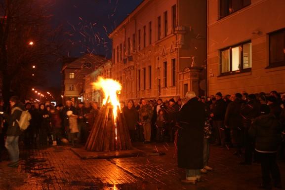 Trečiadienį prie Klaipėdos savivaldybės pastato liepsnojo simbolinis laisvės laužas.