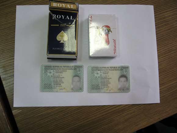 Kortų kaladė ir suklastotos tapatybės kortelės