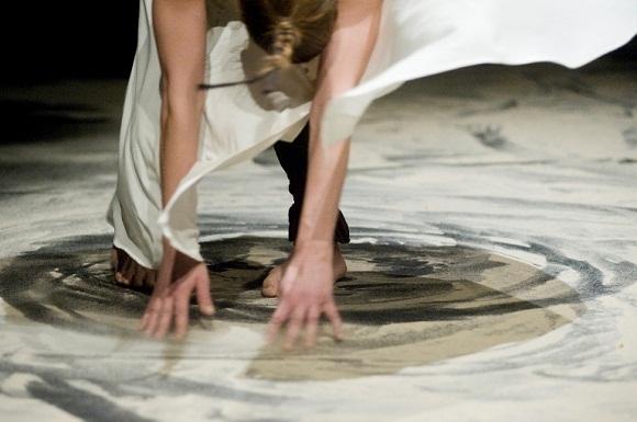 """Spektaklio """"Malda smėlyje"""" scena"""